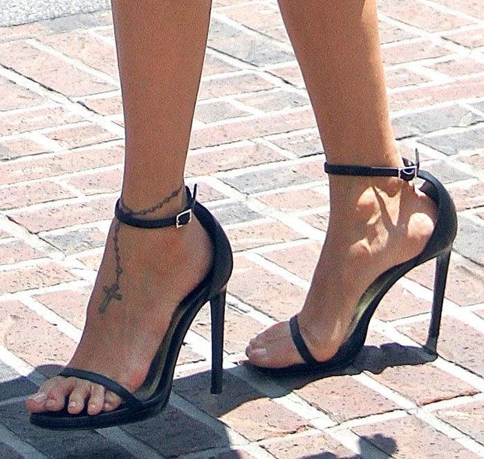 Nicole-Richie-Saint-Laurent-sandals