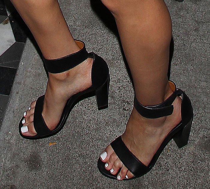 Olivia Culpo's feet in black Chloe sandals