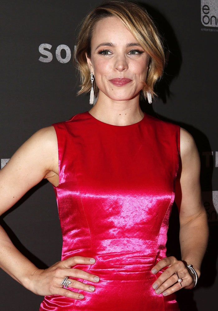 Rachel McAdams wore a Veronika Borchers For Pearl Collective Arabesque pearl ring on her left hand