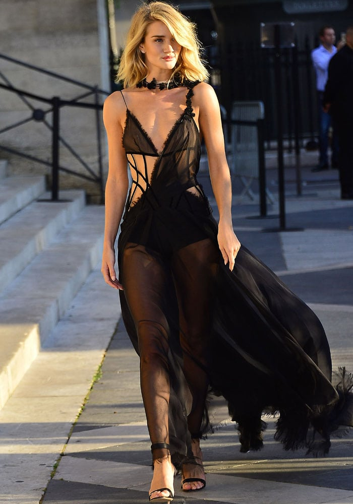 Rosie Huntington-Whiteley finished her all-black look with smoky eye makeup and a tousled blonde hairstyle