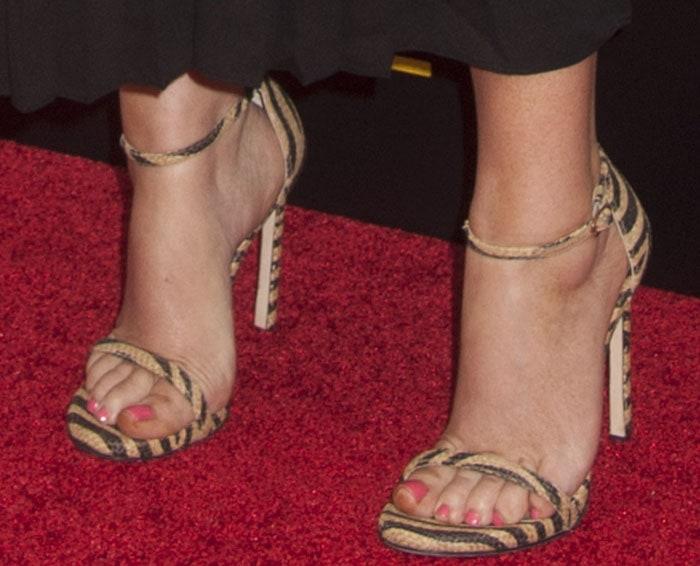 Amy Poehler's sexy feet in Stuart Weitzman sandals
