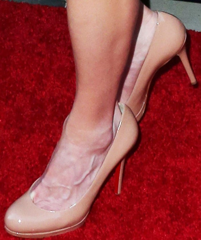 Anna Faris shows off her feet in nude New Simple heels