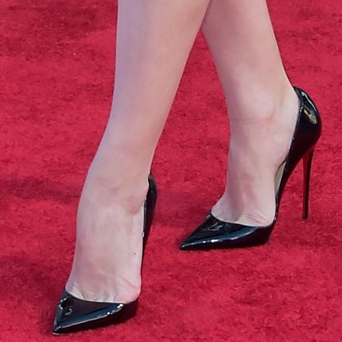 Elisabeth Moss showed toe cleavage in black pointy-toe heels