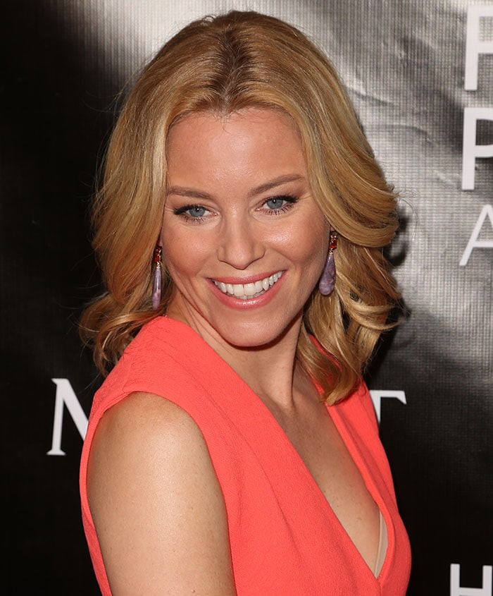 Elizabeth Banks wearing her layered locks in loose waves