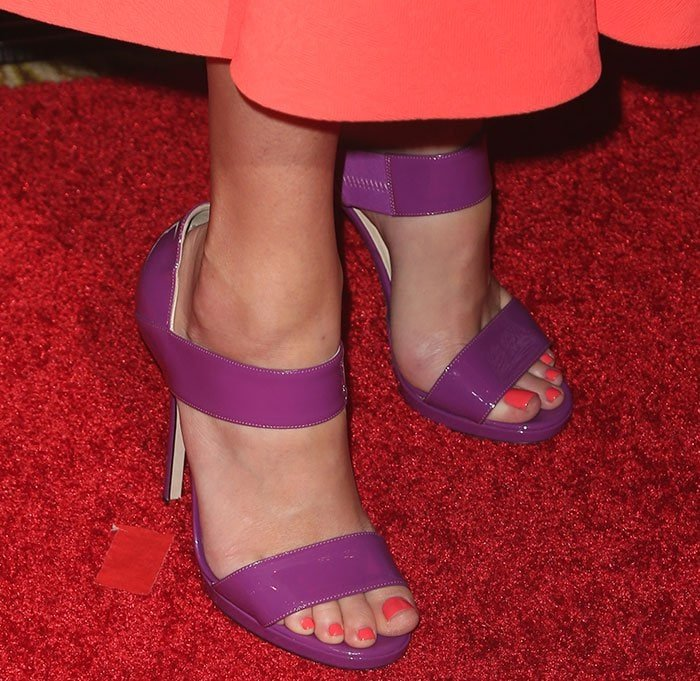 Elizabeth Banks showed off her sexy feet in Jimmy Choo sandals