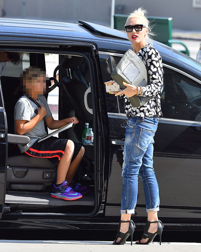 Gwen Stefani — sans wedding ring — loads her children into a car