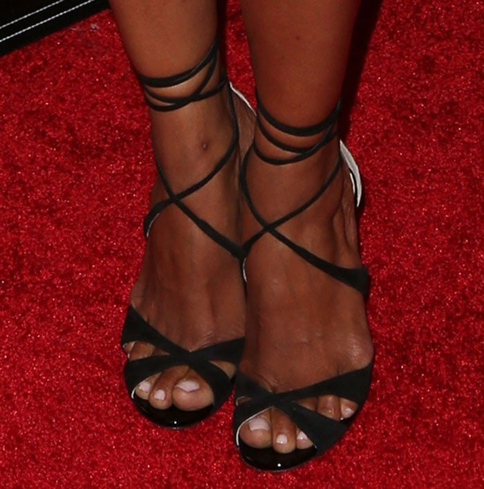 Halle Berry shows off her sexy feet in black shoes