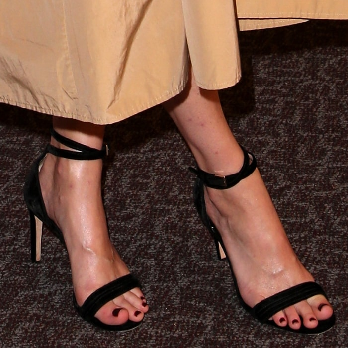 Mamie Gummer's sexy feet and toes