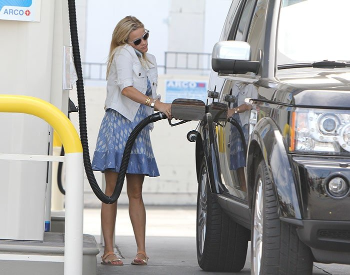 Reese Witherspoon visited a gas station in a Joie sleeveless dress