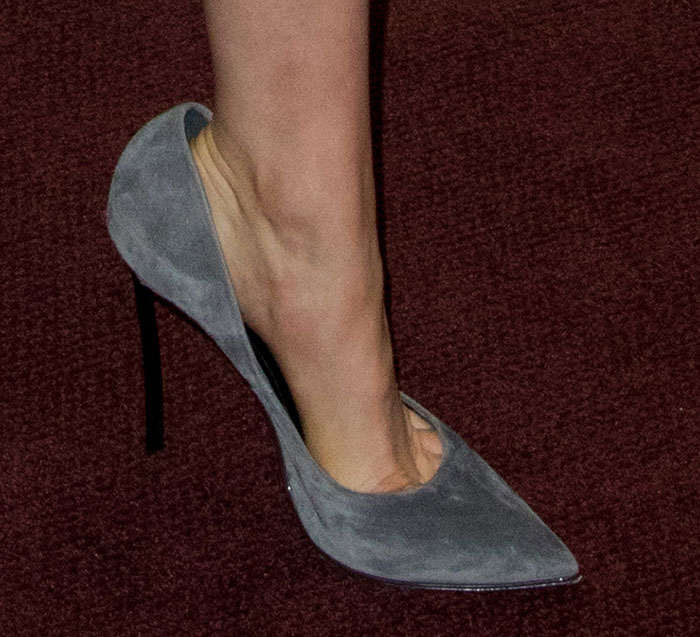 Taylor Schilling reveals toe cleavage in Casadei pumps
