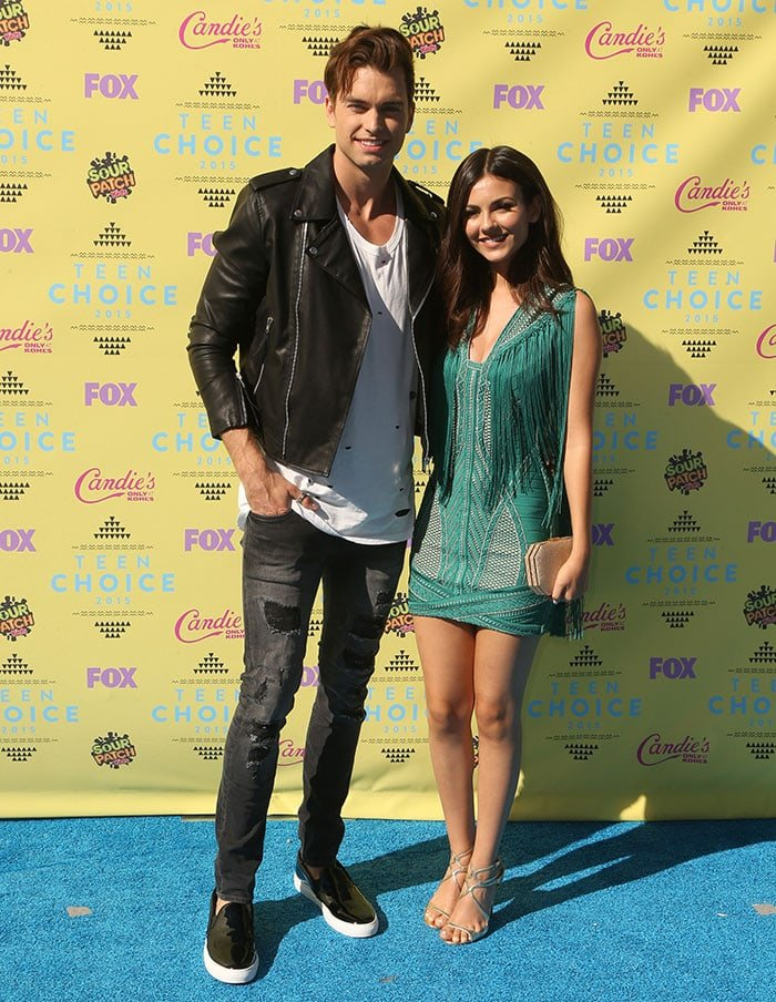 Victoria Justice posing with Pierson Fode at the Teen Choice Awards 2015 at USC Galen Center in Los Angeles on August 16, 2015