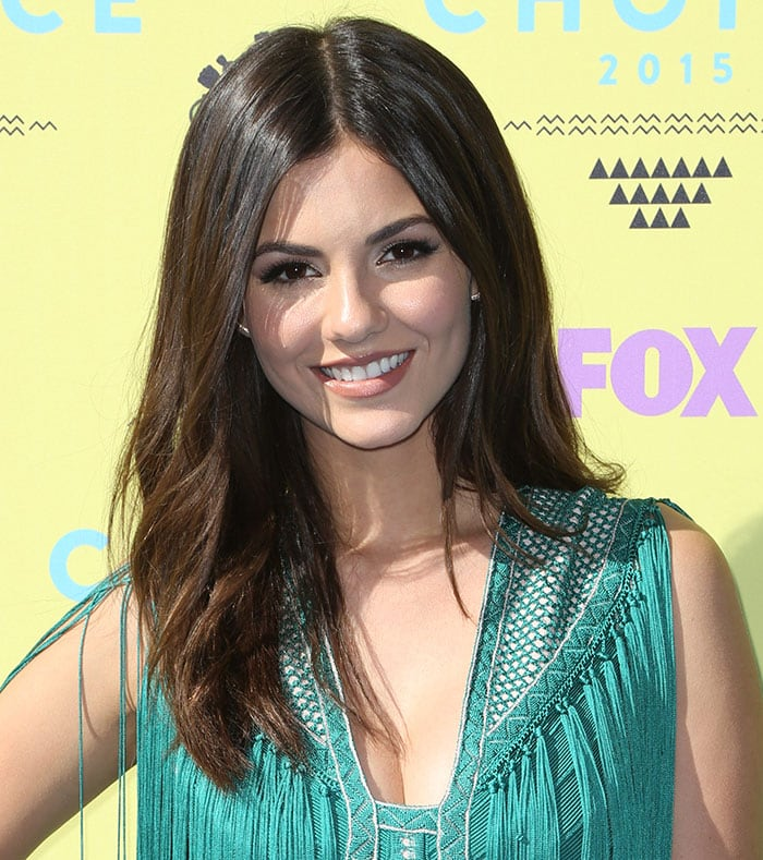 Victoria Justice polished up the look by lettingher glossy tresses down and bywearing softmakeup with shimmering eye shadow, dark eyeliner, oversized lashes, and pink lipstick