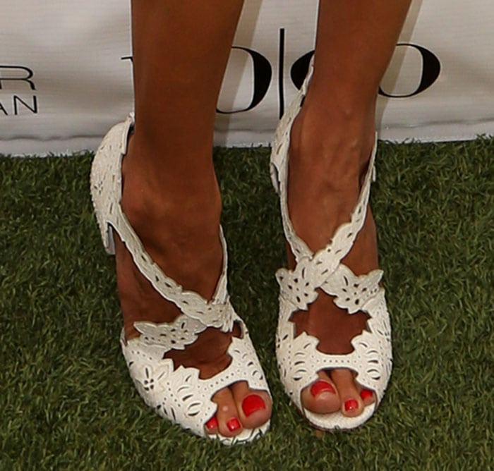 Alessandra Ambrosio showed off her pretty feet in Decoupadiva shoes