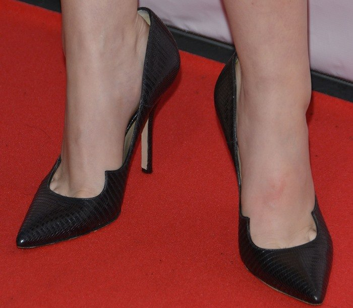 Anna Kendrick wears a pair of Paul Andrew pumps on the red carpet
