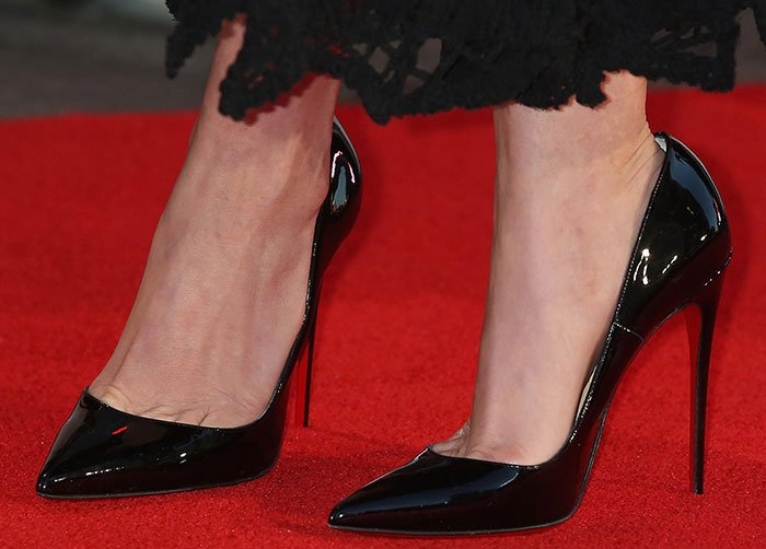 Anne Hathaway shows off her feet in So Kate pumps