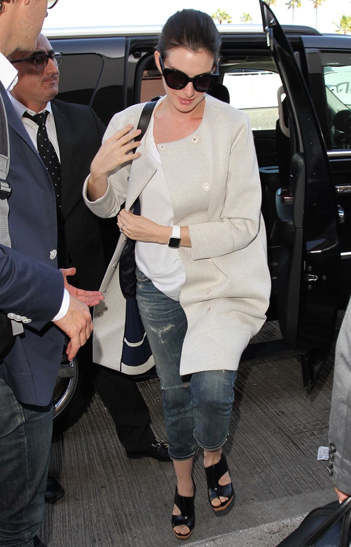 Anne-Hathaway-airport-look