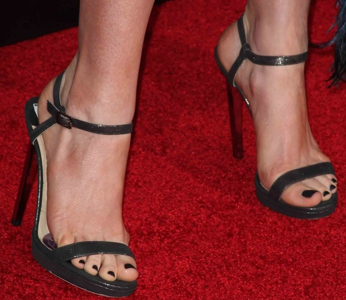 Anne Hathaway Ziegfeld Theatre: Anne Hathaway In Disastrous Dress And Jimmy Choo