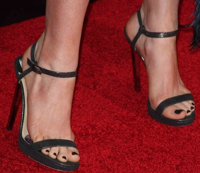 "Anne Hathaway shows off her feet in ""Claudette"" sandals on the red carpet"