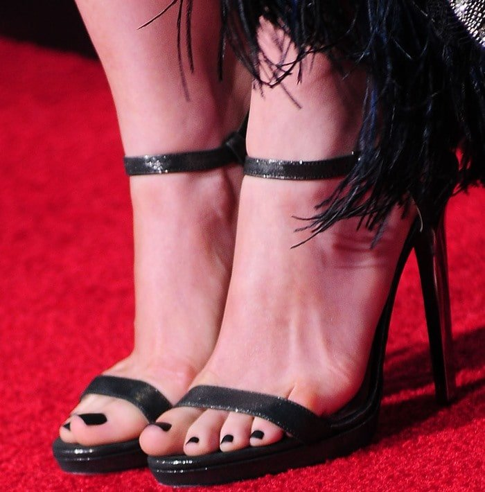 Anne Hathaway matches her black pedicure to her black Jimmy Choo sandals