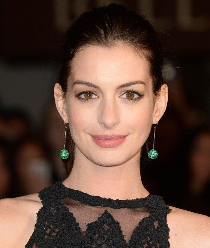 Anne-Hathaway-makeup-ponytail-drop-earrings
