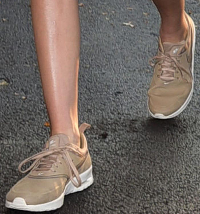 Kendall Jenner wears a pair of beige Nike sneakers as she arrives at a tennis match