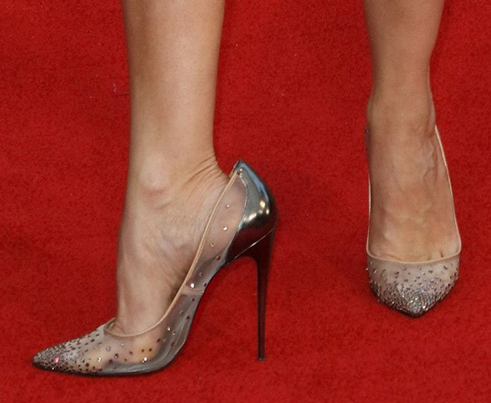 Kristen Wiig reveals toe cleavage in Christian Louboutin pumps