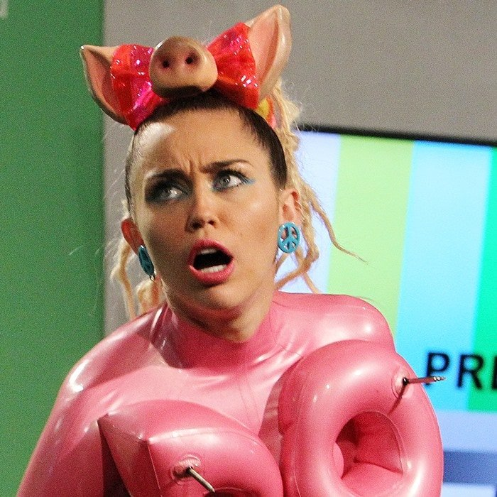 Miley Cyrus goofs around with a pig snout hair bow in the press room at the 2015 MTV Video Music Awards