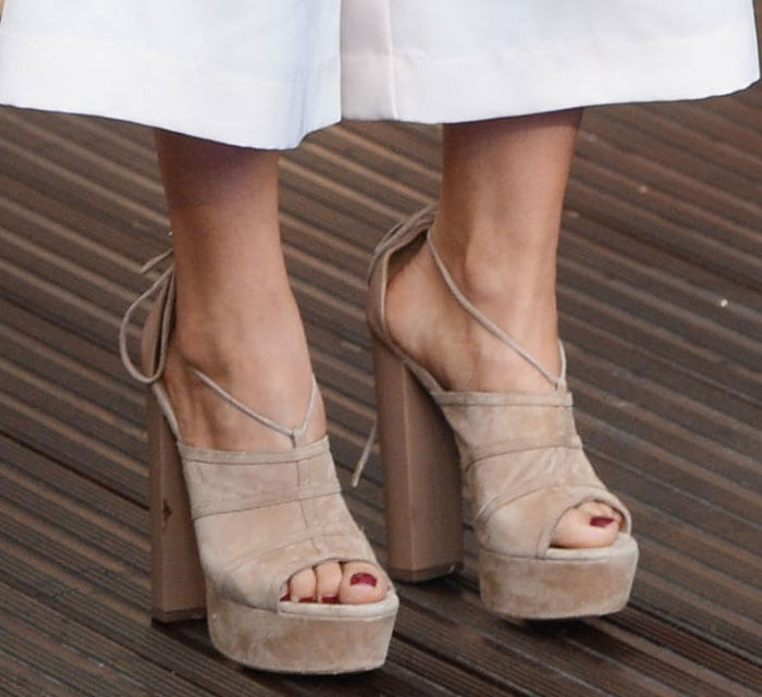 "Suki Waterhouse shows off her sexy toes in ""Very Eugenie"" sandals"