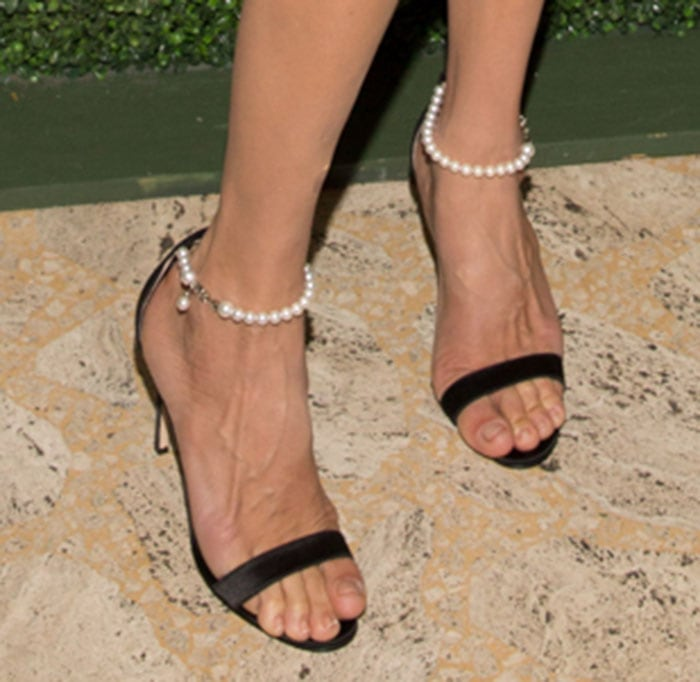 Uma Thurman shows off her unpolished toes in a pair of Manolo Blahnik heels