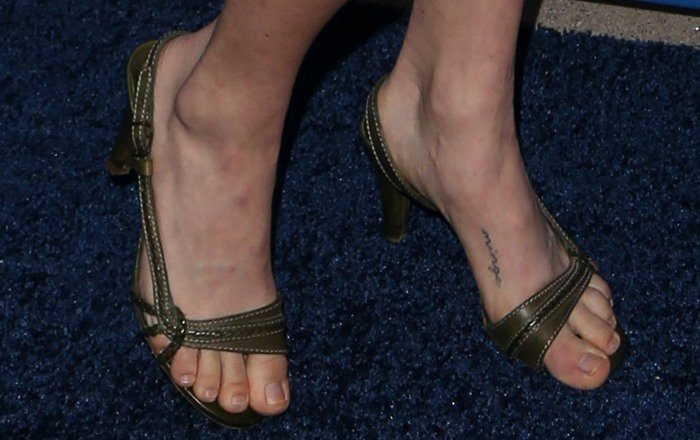 Amanda Seyfried shows off her minge foot tattoo in green sandals