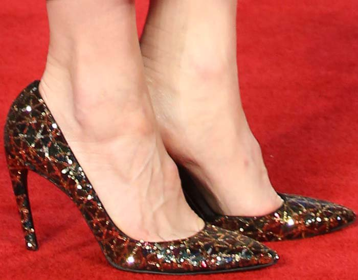 Cate Blanchett completes her red carpet look with a pair of Roger Vivier pumps on her feet