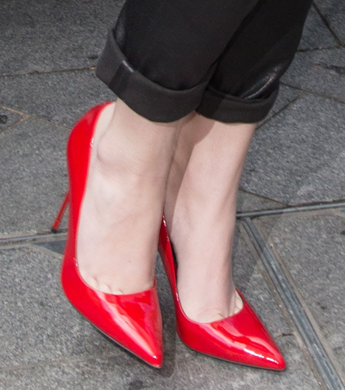 Hailee Steinfeld reveals toe cleavage in red heels
