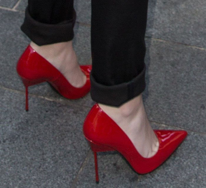 "Hailee Steinfeld's killer red ""Britton"" pumps by Kurt Geiger"