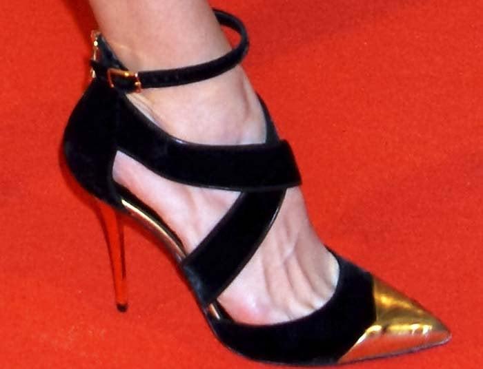 Hilary Swank reveals toe cleavage in Balmain pumps
