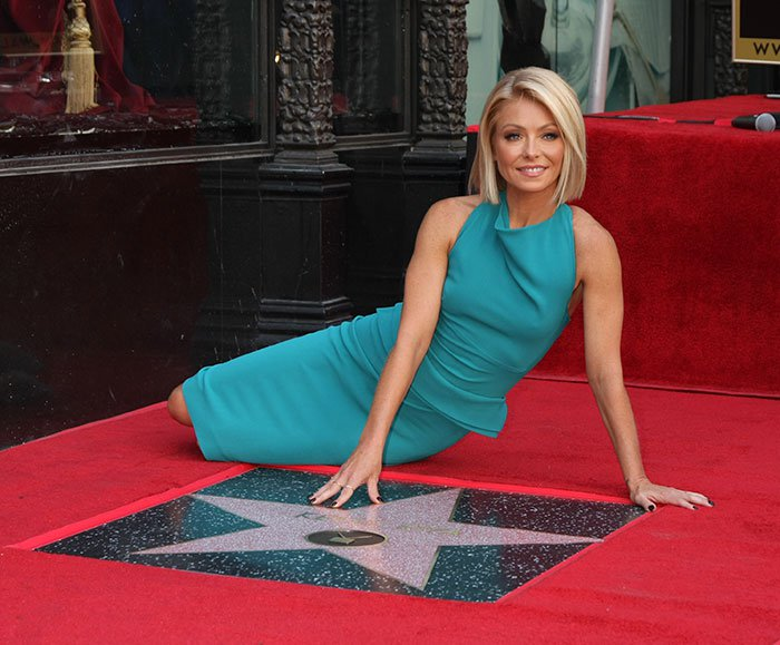 Kelly Ripa wore her shiny blonde bob straight with side parting and sported neutral makeup with a peach pout