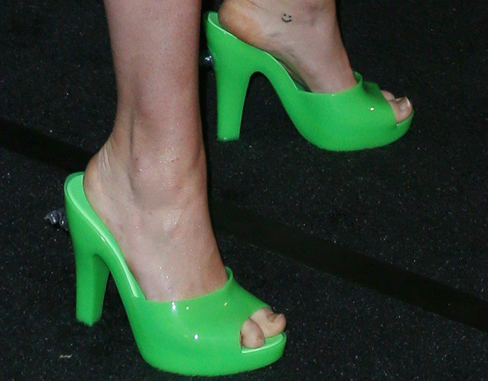 Miley Cyrus shows off her toes in green peep-toe heels