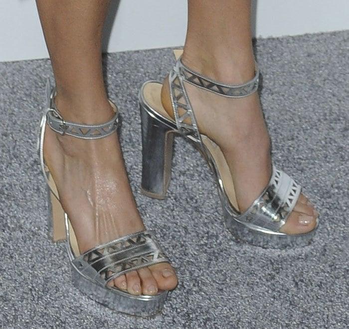 Nikki-Reed-Bionda-Castana-Zoe-Sandals