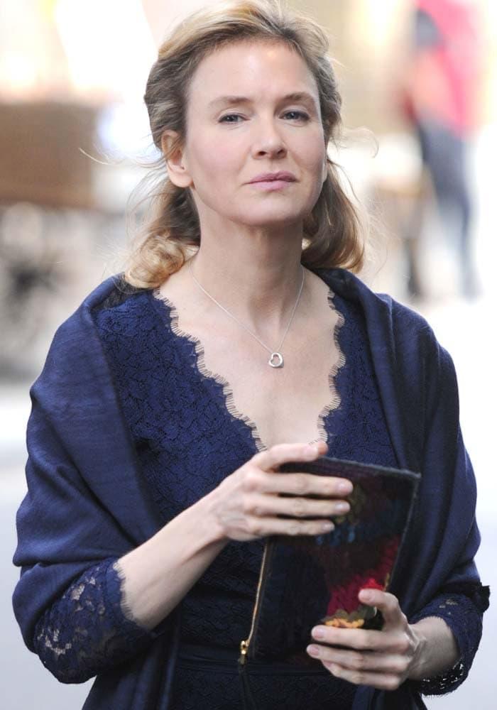 """Renée Zellweger walks around the set of """"Bridget Jones's Baby"""" at Borough Markets in London"""