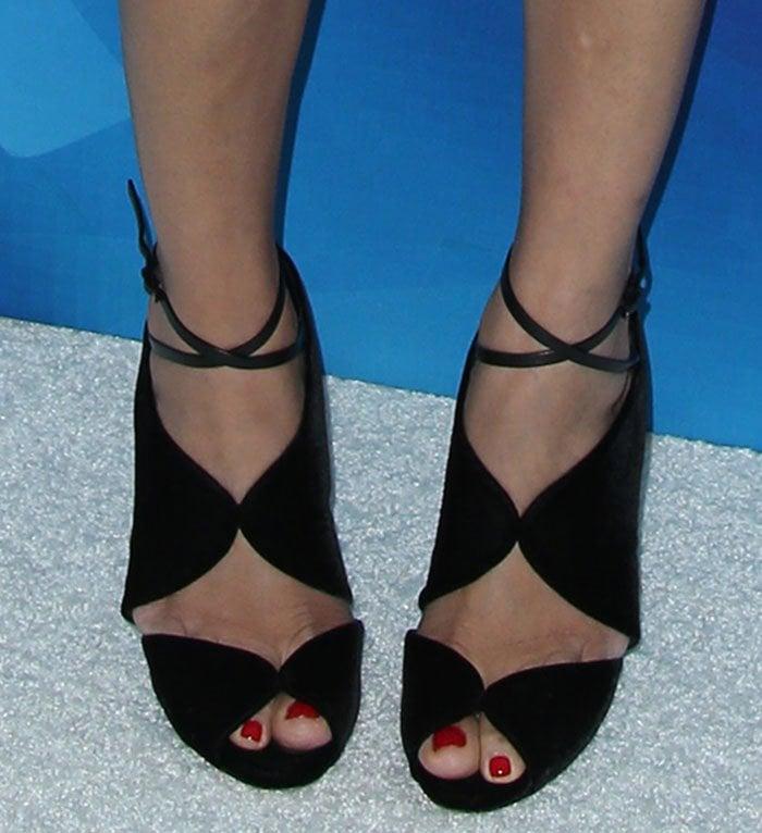 Freida Pinto flaunts her sexy feet in black peep-toe shoes