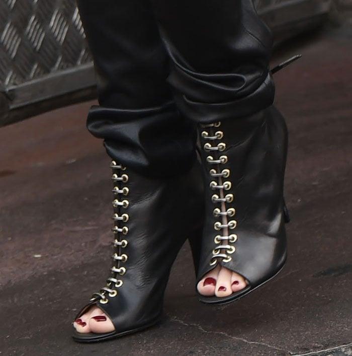 "Gwen Stefani displays her toes in ""Tony"" booties"