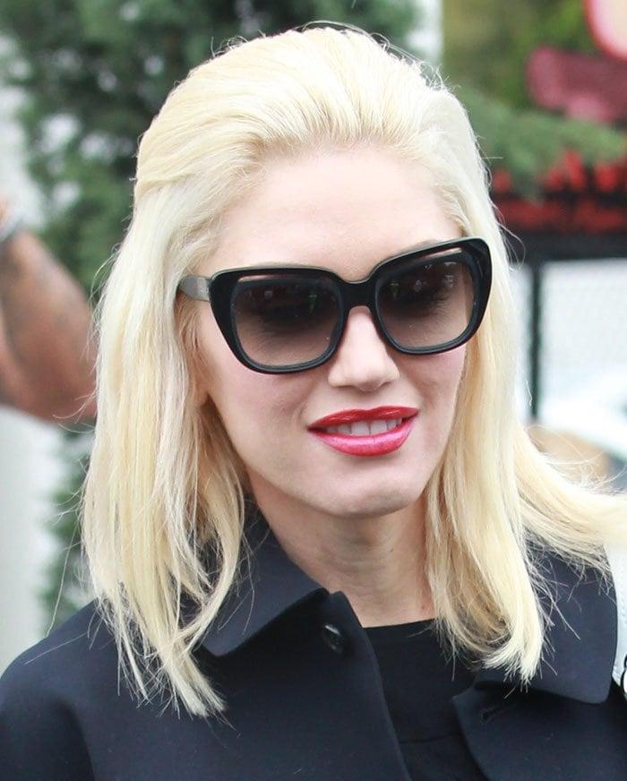 Gwen-Stefani-sunglasses-red-lipstick