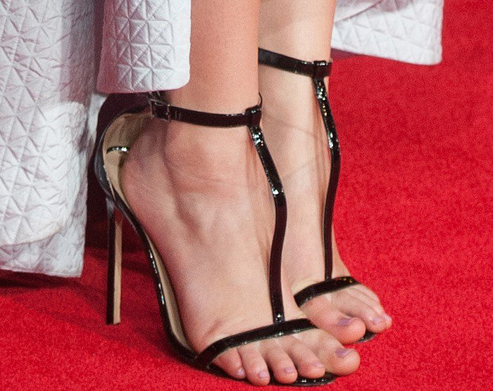 Jennifer Lawrence experiences toe overhang on the red carpet