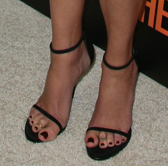 Julia Roberts shows off her feet in Nudist sandals