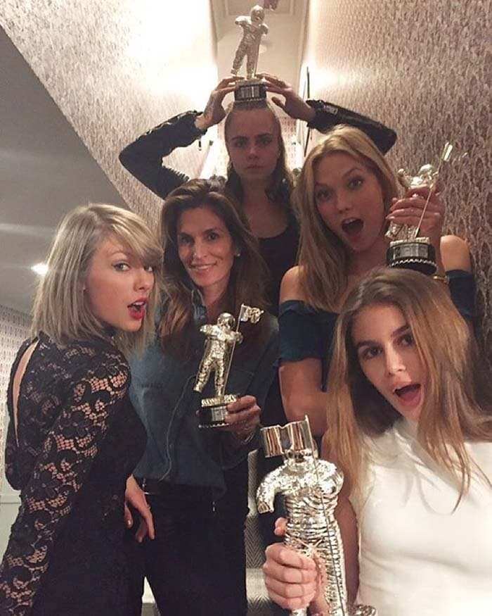 Taylor Swift shares her VMA 2015 Moonman with the girls of Bad Blood