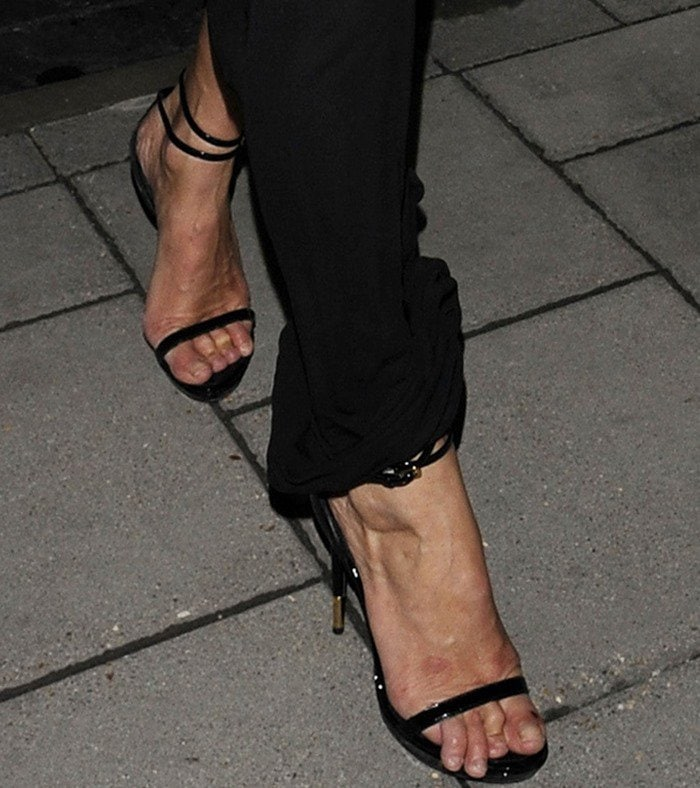 Kate Moss' ugly toes looking in dire need of a salon pedicure