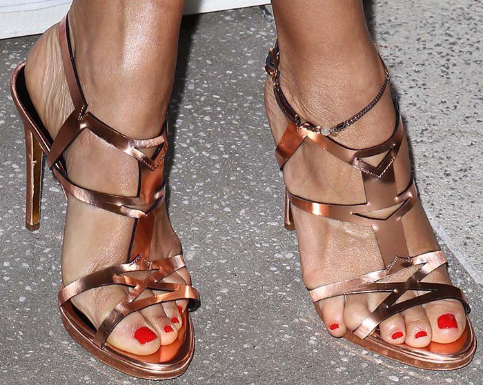 Rashida Jones with her toes slipping out of her sandals