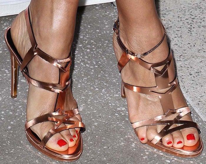 7378b7ac682efc 10 Worst Celebrity Toe Overhangs  Prevent Overhanging Toes