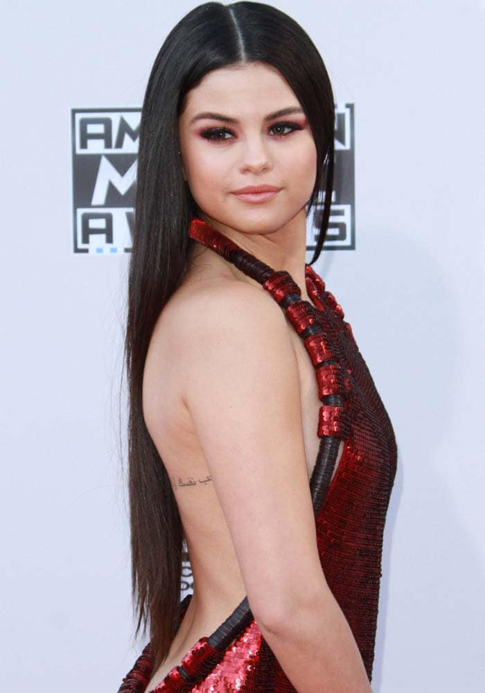 Selena Gomez proudly showed off her Arabic tattoo the 2015 American Music Awards