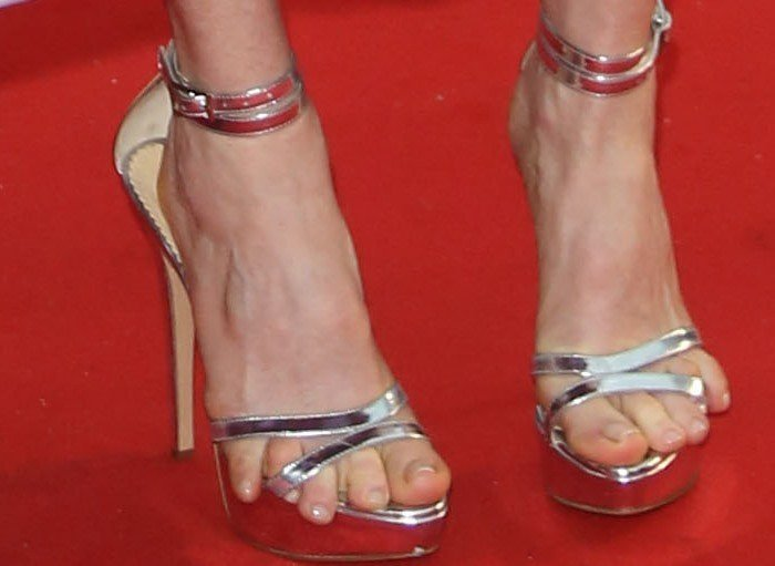 Julianne Moore with crazy toe overhang in Charlotte Olympia Tokyo platform sandals