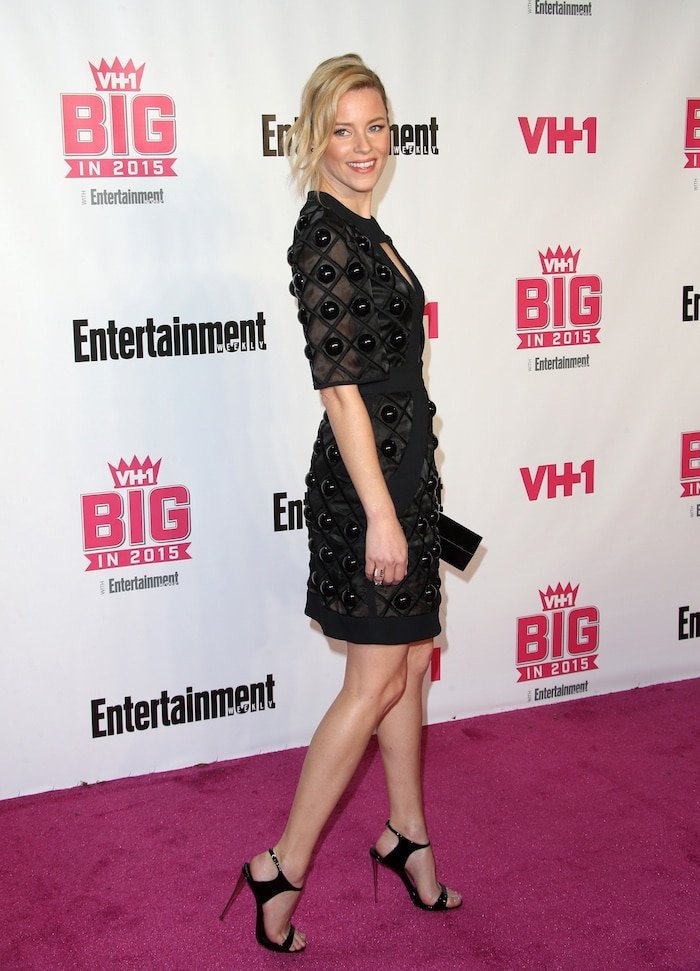 Elizabeth Banks parades her hot legs in a sexy dress